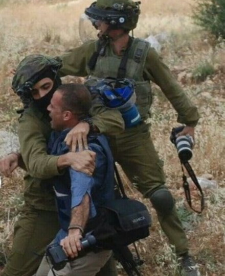 [تصویر: Palestinian_Cameraman_Arrested.jpg]