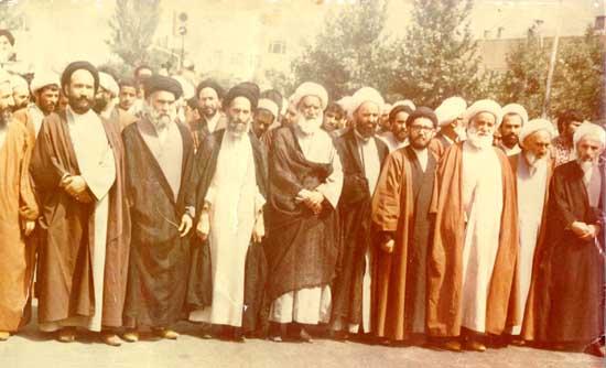 راهپیمائی علماء در پیروزی انقلاب ی که سید حسن ابطحی نفر اول از سمت چپ ایستاده اند