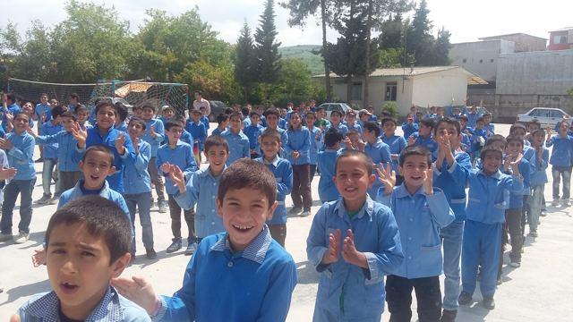 جشن دانش آموزان دبستان شهید محمدباقر مهاجر دارابکلا. روز 15 اردیبهشت 1394. عکس از وبلاگ «دارابکلا بهشت ساری» باقر آریائی فر حاج باقر موسی