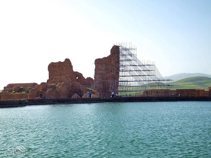 مجموعه آثار باستانی و دریاچه تخت سلیمان تکاب