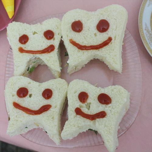 توی نان تست ها رو که برای کوکو در آورده بودم به شکل دندون برای کیک مرغ استفاده کردم  کیک مرغ دندونی