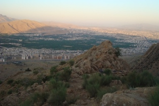 نمایی از غرب شهر شیراز و کوه دراگ