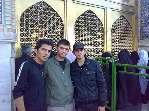 عکس شهید محمّد علی دولت آبادی ودوستان در حرم امام رضا(ع)