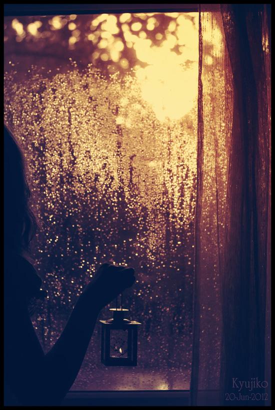 عکس دختر تنها کنار پنجره دختر غمگین فانوس آتشین