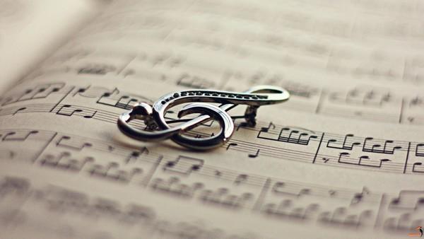 تو نوازنده ی یک قطعه ی غمگینی و من  مثل یک نت نگران شب اجرای توام