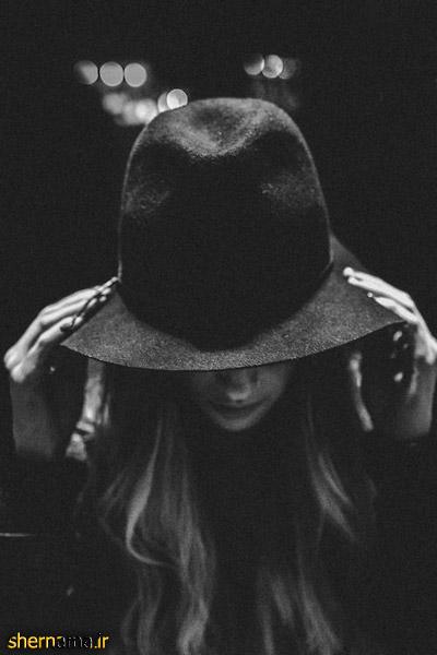 عکس سیاه و سفید دختر کلاه به سر