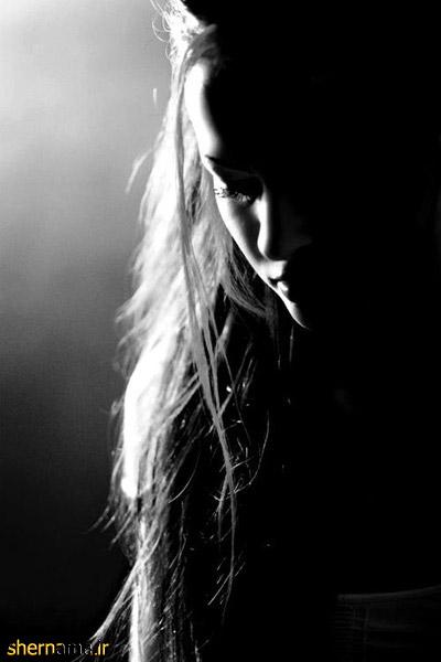 عکس سیاه و سفید دختر تنها