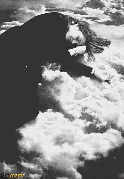 عکس سیاه و سفید دختر خوابیده روی ابرها
