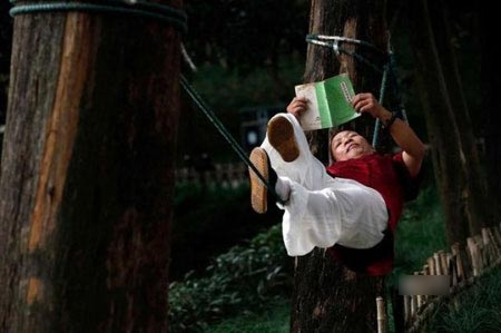 طرز خوابیدن عجیب این مرد سوژه رسانه ها شد ! , جالب و خواندنی