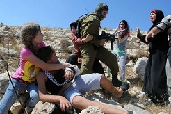 درگیری تکان دهنده زنان فلسطینی با نظامی صهیونیست برای رهایی نوجوانش