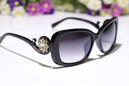فروشگاه عینک آفتابی زنانه پرادا