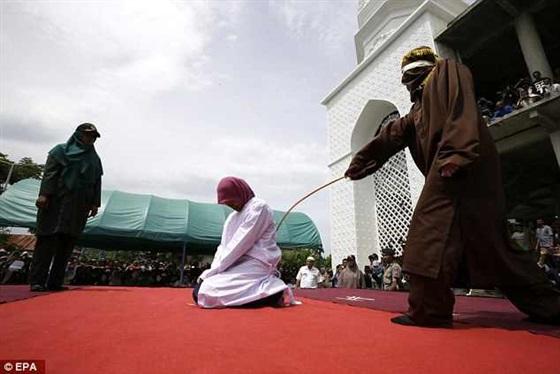 گزارش تصویری از اجرای حد زنا بر متهمان زن اندونزی