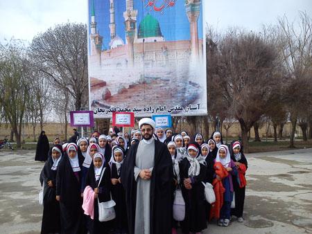 حضور دانش آموزان دبستان میعاد زازران در نماز جمعه این هفته