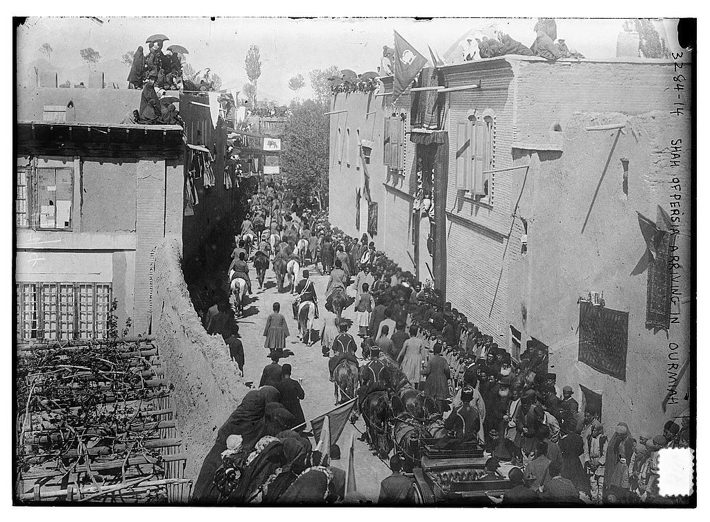 مردم ارومیه به استقبال احمد شاه آمده اند