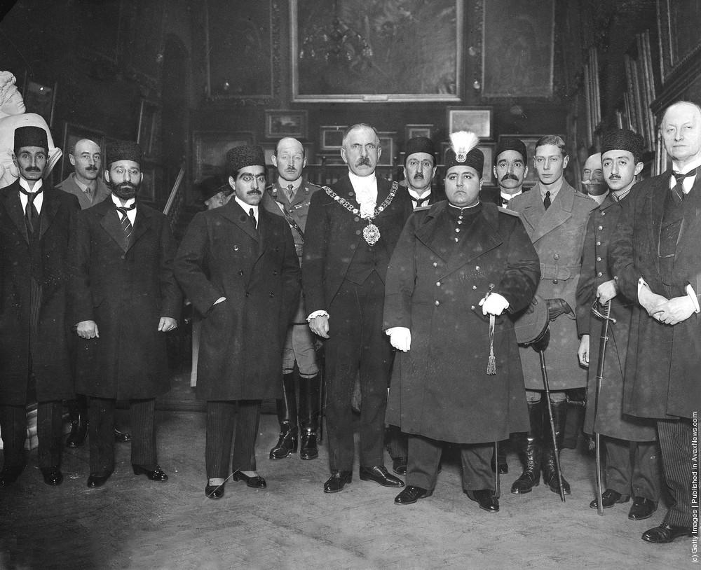 احمد شاه به اتفاق پرنس آرتور، پرنس ادوارد، لرد کرزن در ضیافتی در لندن. (1919)