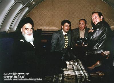 امام خمینی در هواپیما در آستانه ورود به میهن