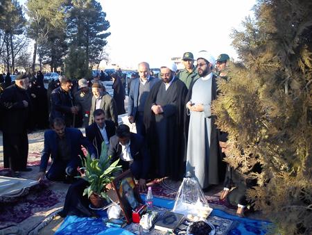 حضور امام جمعه قهدریجان و مسئولین بر سر قبور اموات و درگذشتگان