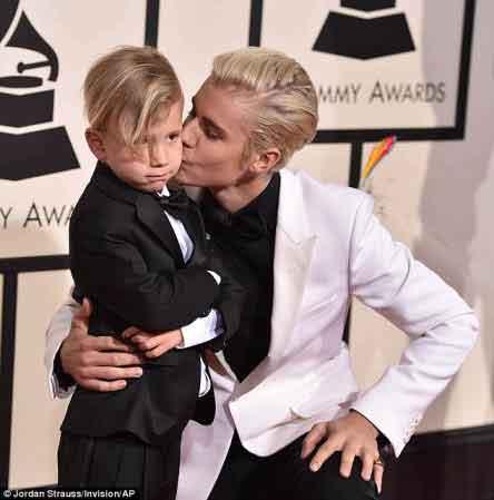 جاستین بیبر با برادرش در مراسم گرمی 2016 , چهره های معروف