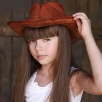 دختربچه ناز با کلاه زیبا و موهای بلند
