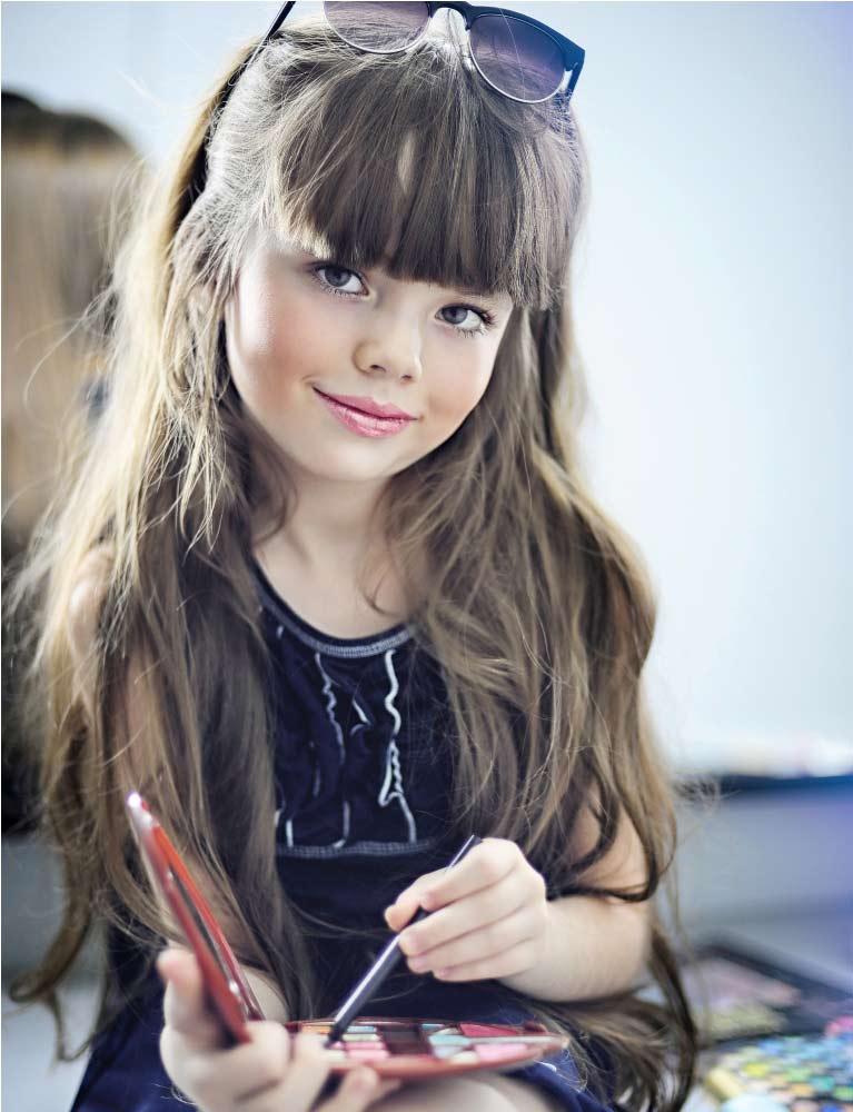 عکس دختربچه ناز با عینک و لباس سرمه ای و موهای بلند
