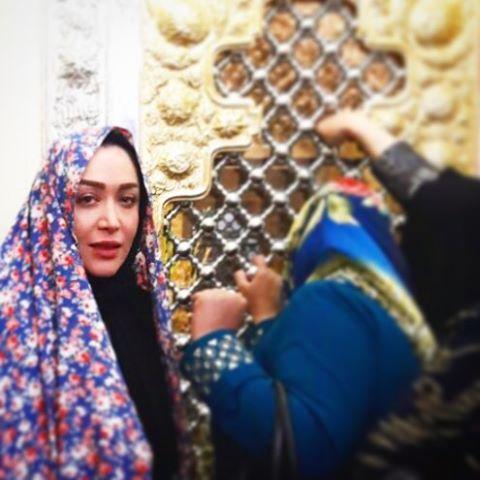 سارا منجزی با چادر درحال زیارت بی بی شهربانو! عکس , عکس های بازیگران