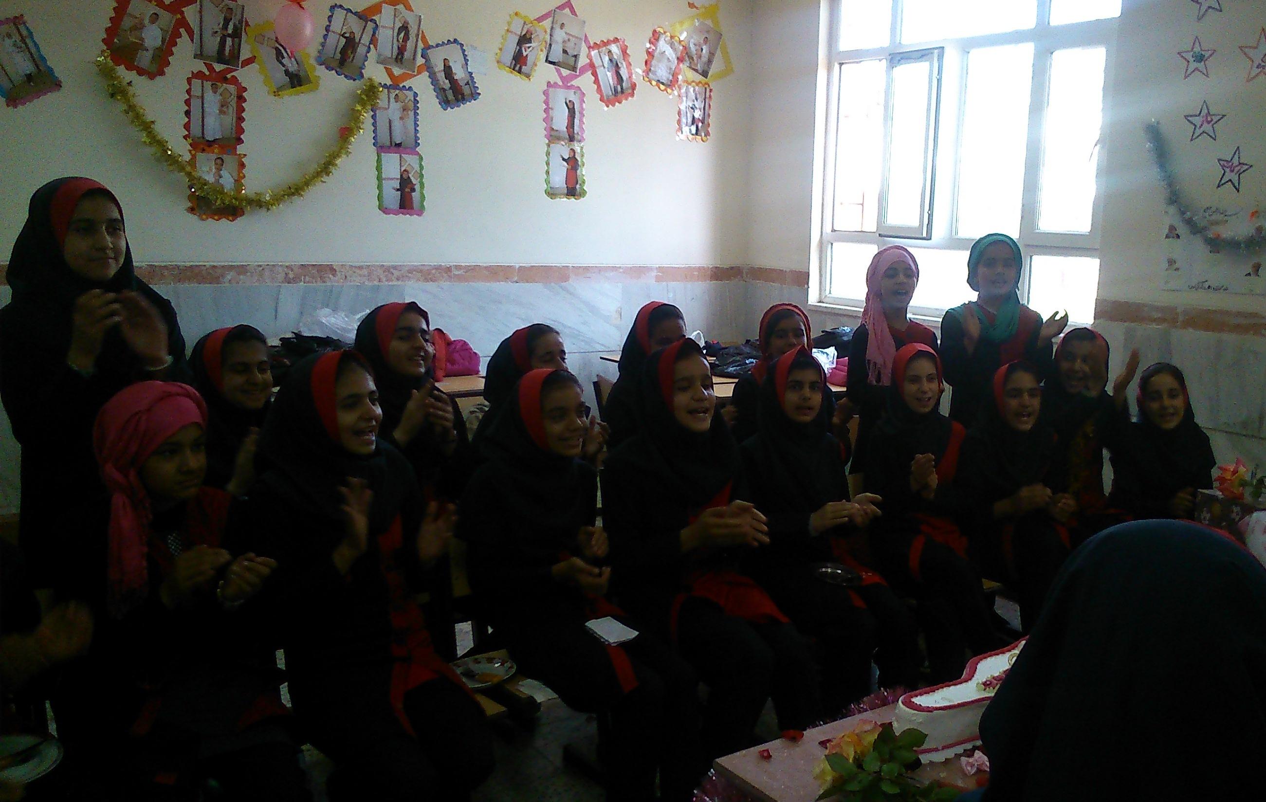 جشن روز معلم با حضور دانش اموزان دبستان بعثت شهرستان صحنه