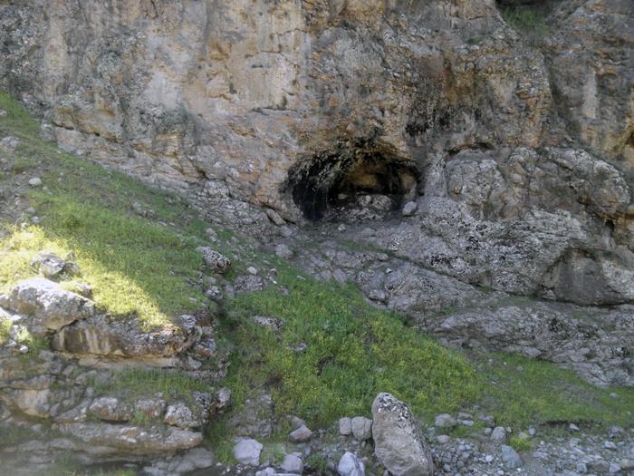 غارهای بزرگ و کوچک در دل کوه ها