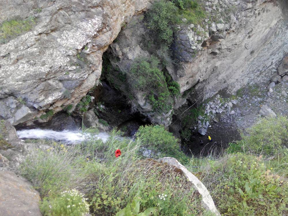 نمایی از بالای آبشار