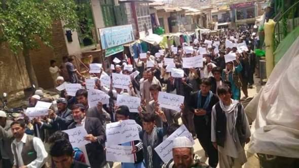 شهروندان ولایت دایکندی در اعتراض به تغییر مسیر خط برق توتاپ از بامیان به سالنگ تظاهرات کر دند.