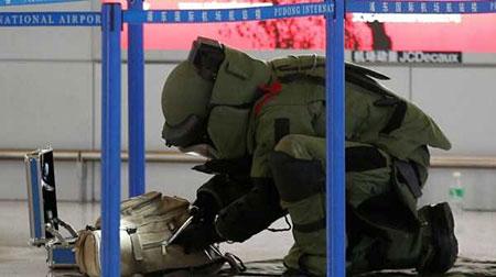 یکی از متخصصین خنثی کردن بمب در حال تلاش - فرودگاه چین