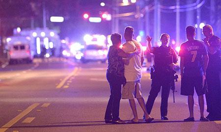 افسران پلیس هدایت اعضای خانواده به دور از یک تیراندازی های متعدد در کلوپ شبانه پالس