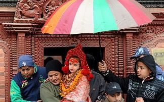 نیپالی ها یک دختر زیبای نیپالی را به عنوان خدا پرستش می کنند+ تصویر