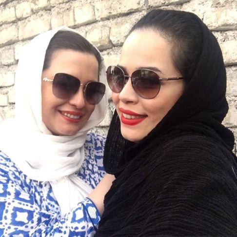 سلفی ملیکا و مهراوه شریفی نیا در یک کارواش , عکس بازیگران