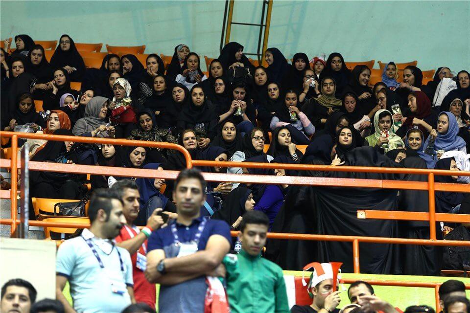 تماشاگران زن والیبال ایران صربستان در ورزشگاه آزادی 11 تیر 95