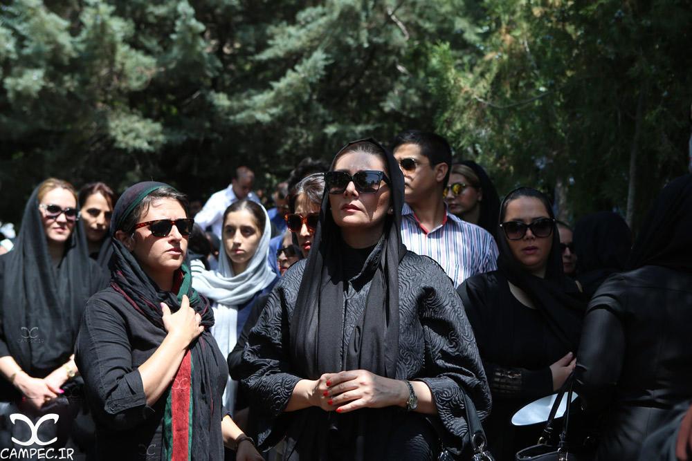 هنگامه قاضیانی در مراسم خاکسپاری عباس کیارستمی