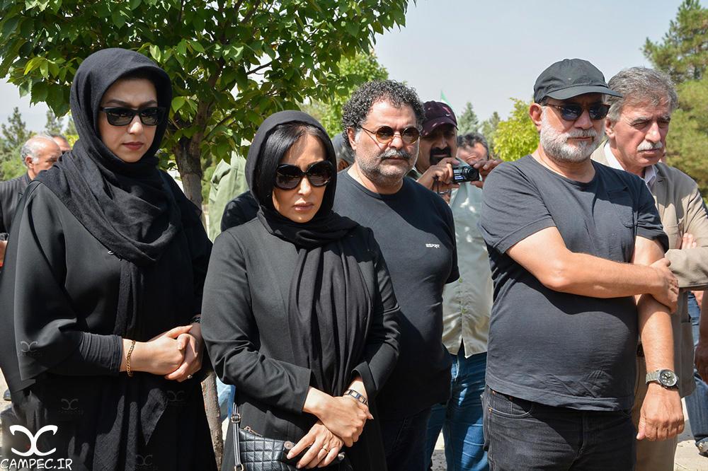 پرستو صالحی و معصومه کریمی در مراسم خاکسپاری عباس کیارستمی