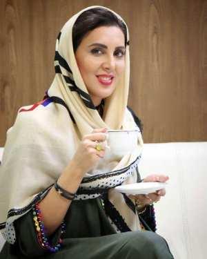 لیلا بلوکات در حال چایی خوردن