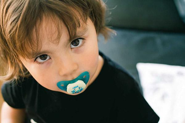 آیا پستانک برای دندانهای کودک مشکل ایجاد میکند؟