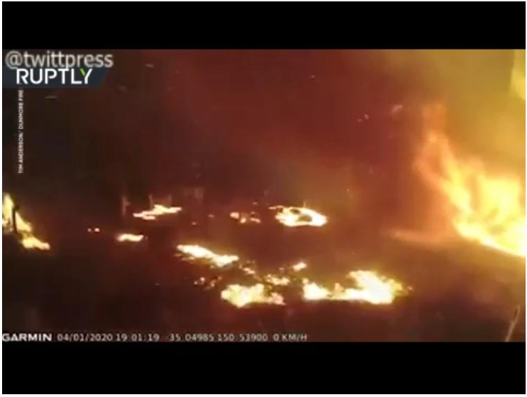 فیلم-فرار آتشنشانان استرالیایی از گسترش آتش