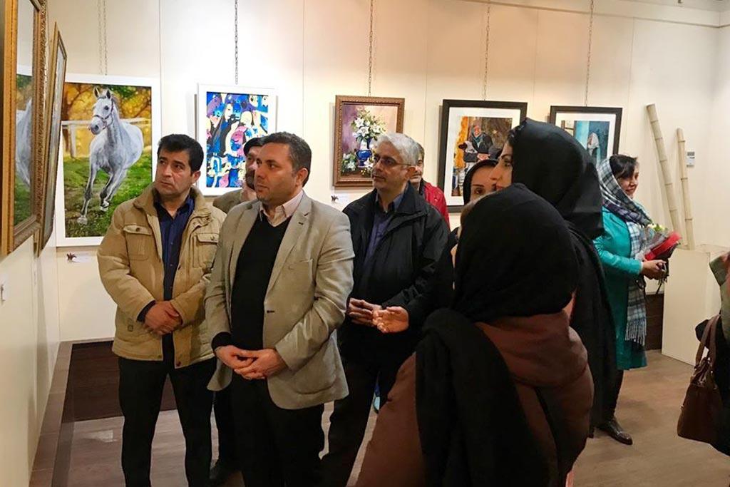 """نمایشگاه نقاشی بانوان """"رویش"""" در لاهیجان برپا شد"""