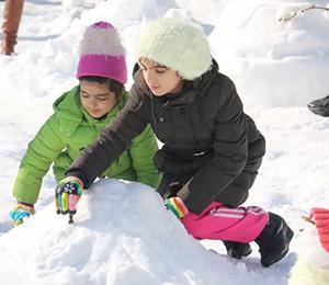 مشارکت کودکان در ساخت آدم برفی (جشنواره مجسمه های برفی شهرداری رشت) در راستای اهداف شهر دوستدار کودک