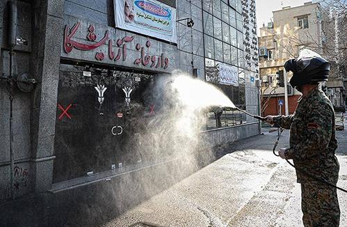 مدافعان ایران-بسیجی ها در حال ضدعفونی معابر در راه مقابله با کرونا