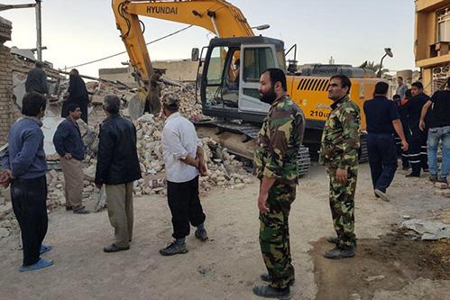 مدافعان ایران-سپاه در حال کمک رسانی در زلزله