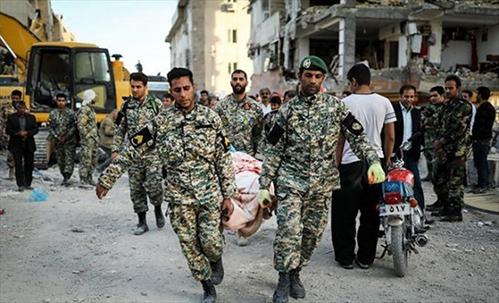 مدافعان ایران-ارتش در حال کمک رسانی در زلزله